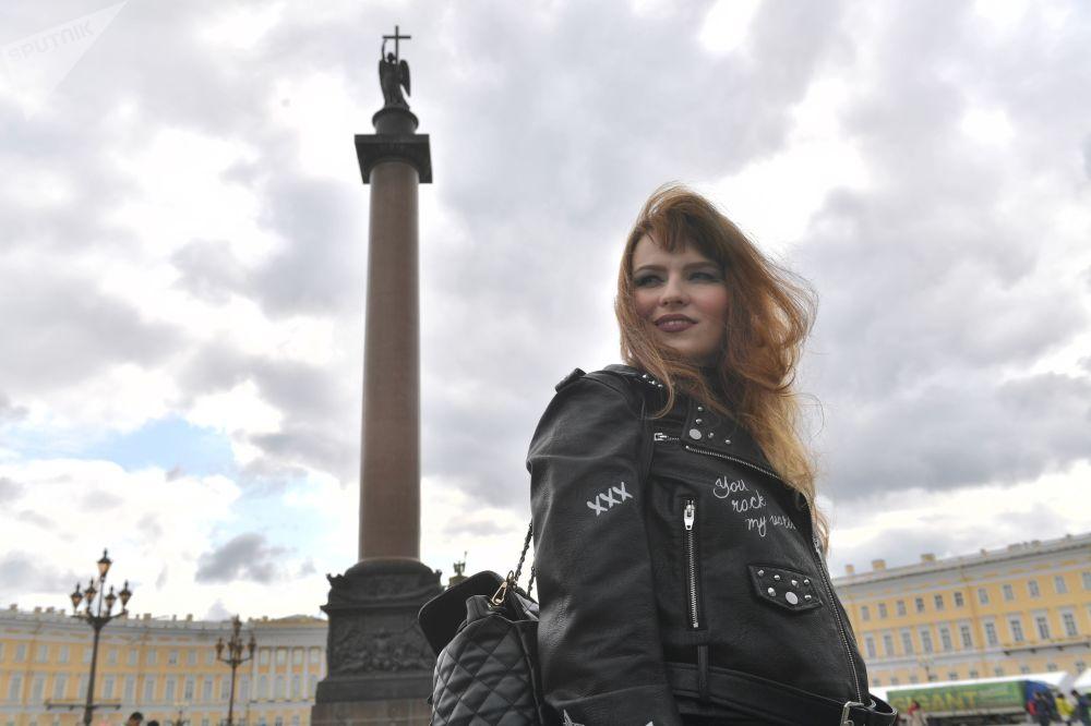 مشاركة في عرض للدراجات النارية كجزء من مهرجان سان بطرسبورغ هارلي دايز للدراجات النارية