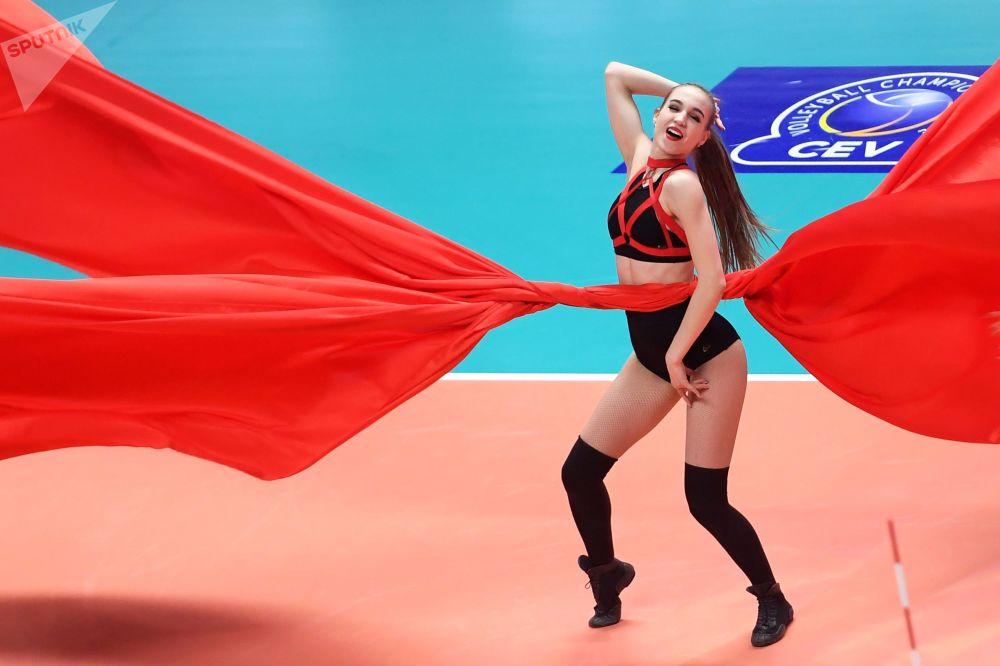 فتاة من فرقة المشجعات أثناء استراحة لمباراة دوري أبطال أوروبا للكرة الطائرة للرجال بين فريقي في كا زينيت-قازان وفي كا بيروجا-إيطاليا