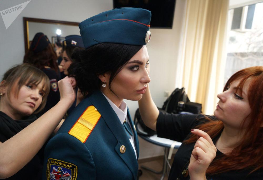 مشاركة في المسابقة السنوية الخامسة حسناء الشرطة قبل بدئها في كراسنودار