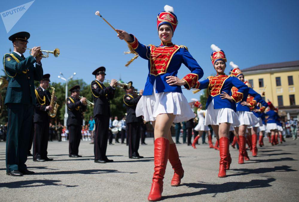 مشاركات في موكب الأوركسترا في ميدان سوفيتسكايا في مدينة أوفا الروسية خلال الاحتفال بيوم روسيا ويوم مدينة أوفا