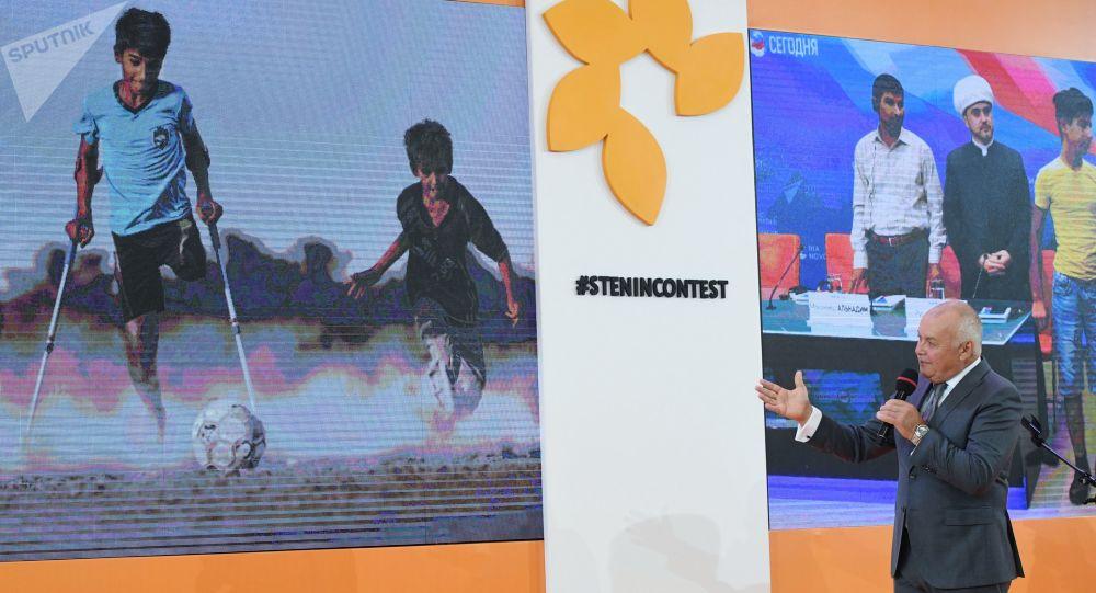 رئيس وكالة روسيا سيغودنيا دميتري كيسيليوف خلال حفل توزيع جوائز المسابقة الدولية أندريه ستينين للتصوير الصحفي في نسخته الخامسة