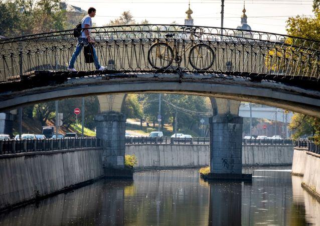 أحد المشاة عيسير على جسر فوق نهر ياوزا في موسكو، 10 سبتمبر 2019