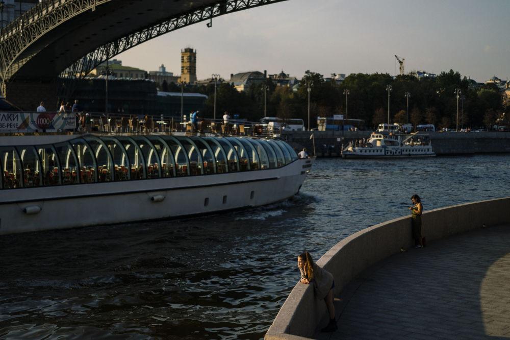 مواطنون على ضفة نهر موسكو، 10 سبتمبر 2019