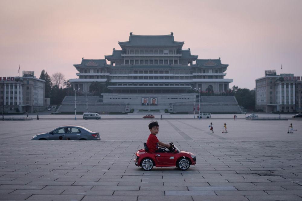 صبي يركب سيارة لعبة في ميدان كيم إيل سونغ في بيونغ يانغ، كوريا الشمالية 9 سبتمبر 2019