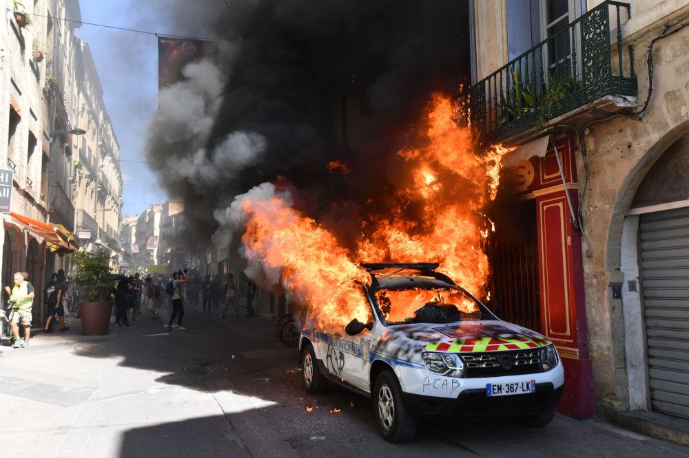 النيران تشتعل في سيارة للشرطة أثناء الاحتجاجات السترات الصفراء في مونبلييه، فرنسا 7 سبتمبر 2019