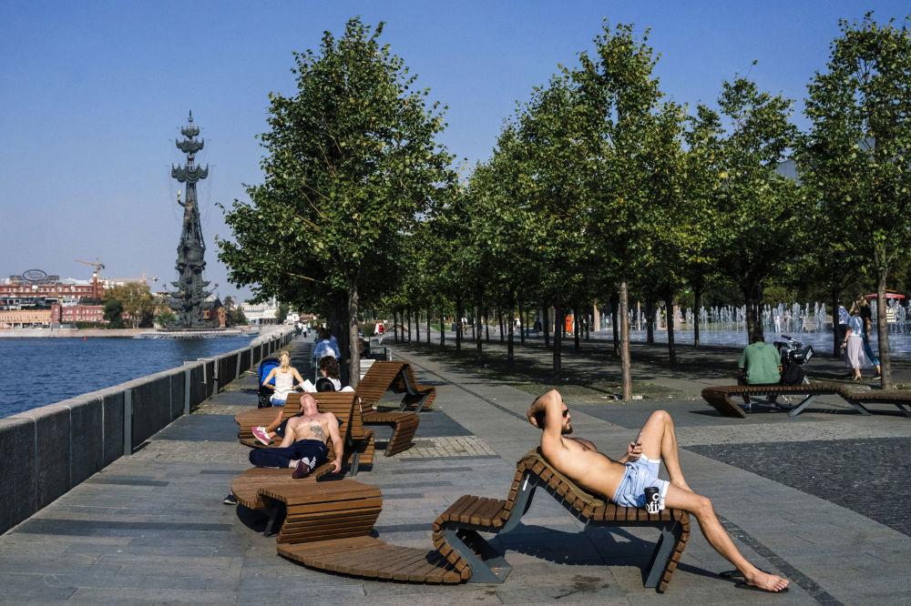 مواطنون يجلسون بالقرب من ضفة نهر موسكو في حديقة موزيون في موسكو، 10 سبتمبر 2019