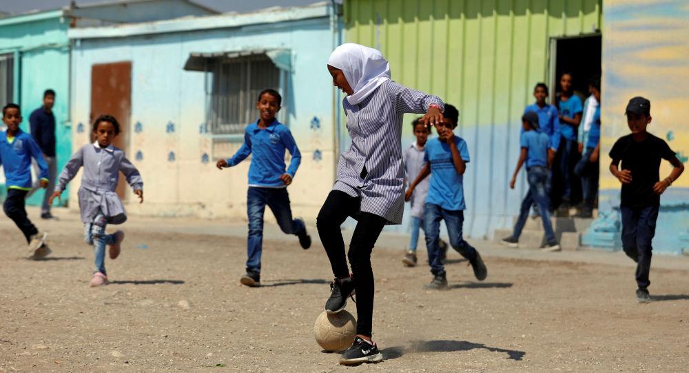 تلاميذ فلسطينيون يلعبون الكرة في سااحة المدرسة في وادي الأردن (أو غور الأردن)، الأراضي المحتلة بالضفة الغربية، 11 سبتمبر 2019