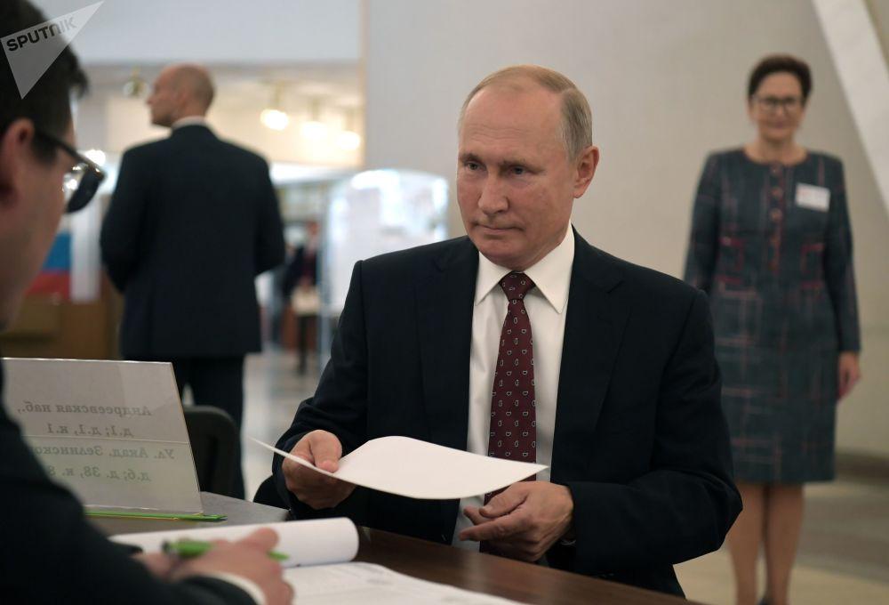 الرئيس فلاديمير بوتين يدلي بصوته في انتخابات الدوما الروسية، في مركز الاقتراع رقم 2151 في مبنى أكاديمية العلوم الروسية (ران)