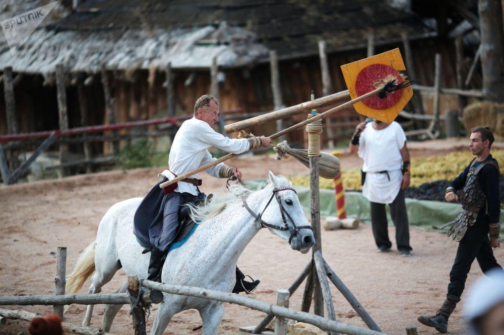 فعاليات مهرجان العنب في حديقة الفايكنغ في قرية بيريفالنوي، منطقة سيمفيروبول الروسية