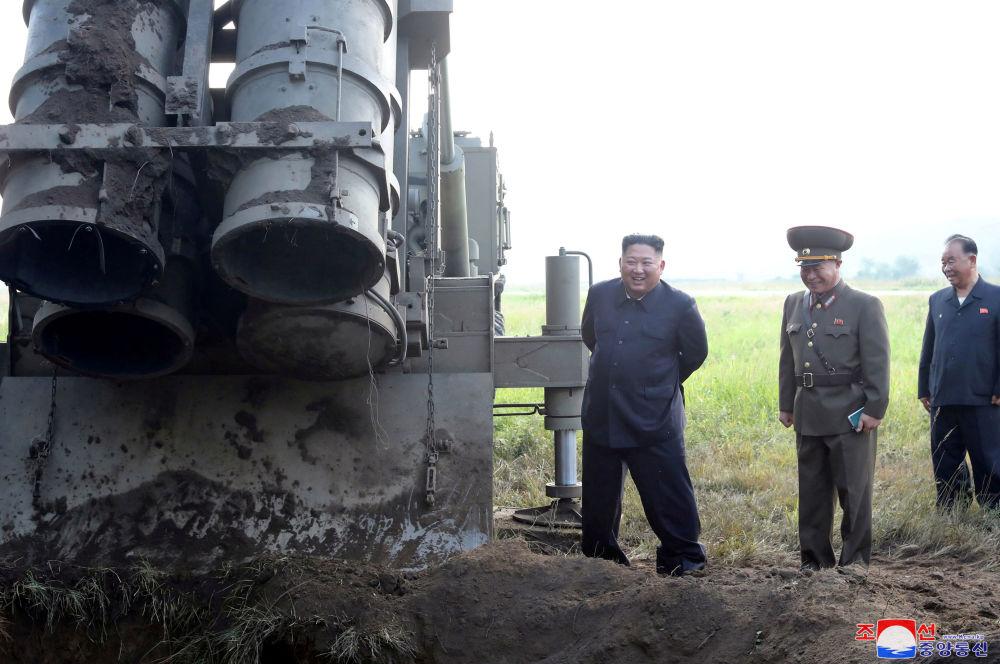 الزعيم الكوري الشمالي كيم جونغ أون، يوم يشرف على اختبار راجمة صواريخ عملاقة متعددة الفوهات، 10 سبتمبر 2019