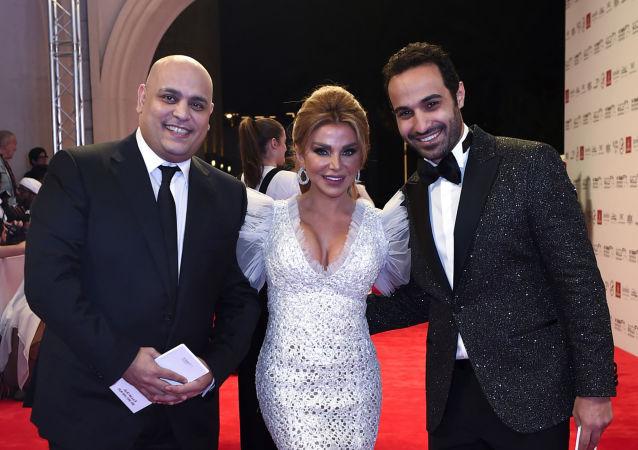 الفنان المصري أحمد فهمي مع الإعلامية اللبنانية رزان مغربي والممثل أحمد بدراوي في مهرجان دبي السينمائي الـ14، ديسبمر/كانون الأول 2017