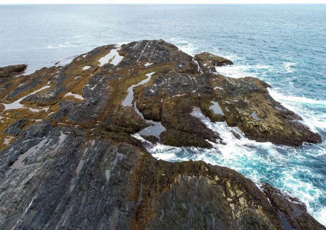 جرف صخري عند رأس كيكورسكي على شبه جزيرة ريباتشي في منطقة مورمانسك الروسية
