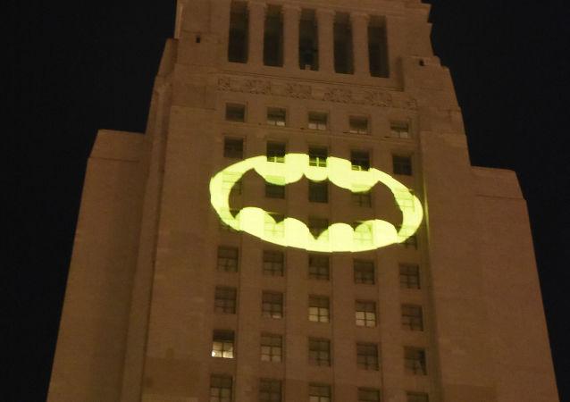 إطلاق شارة باتمان على مبنى سيتي هول في مدينة لوس أنجلوس في عام 2017، تكريما للممثل الراحل آدم ويست