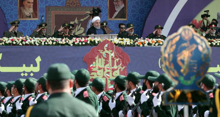 الرئيس الإيراني  حسن روحاني أمام قوات الحرس الثوري الإيراني