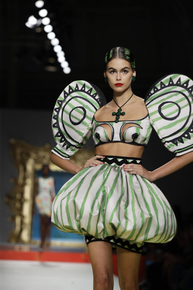 عارضة أزياء كايا غيربير ترتدي فستانا من تصميم موسكينو (Moschino) خلال عرض أزياء أسبوع الموضة ربيع-صيف 2020 في ميلانو، إيطاليا 19 سبتمبر 2019