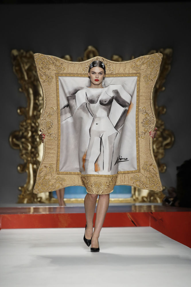 عارضة أزياء ترتدي زيا من تصميم موسكينو (Moschino) خلال عرض أزياء أسبوع الموضة ربيع-صيف 2020 في ميلانو، إيطاليا 19 سبتمبر 2019