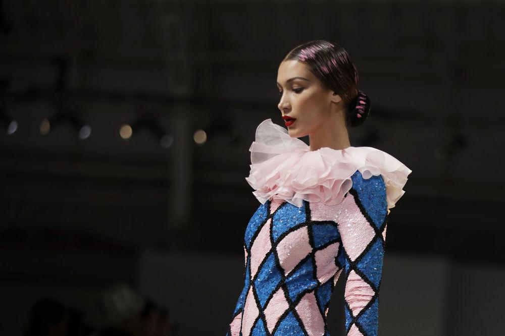 عارضة أزياء بيلا حديد ترتدي زيا من تصميم موسكينو (Moschino) خلال عرض أزياء أسبوع الموضة ربيع-صيف 2020 في ميلانو، إيطاليا 19 سبتمبر 2019