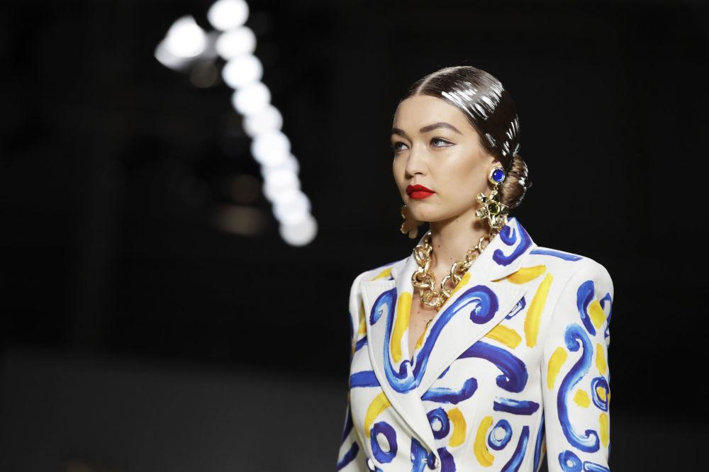 عارضة أزياء جيجي حديد ترتدي زيا من تصميم موسكينو (Moschino) خلال عرض أزياء أسبوع الموضة ربيع-صيف 2020 في ميلانو، إيطاليا 19 سبتمبر 2019