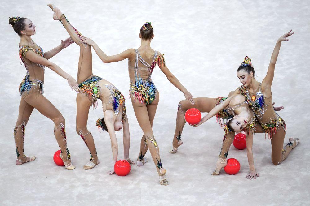 فريق الجمباز الإيقاعي الروسي في بطولة العالم للجمباز الإيقاعي بين السيدات في باكو، أذربيجان