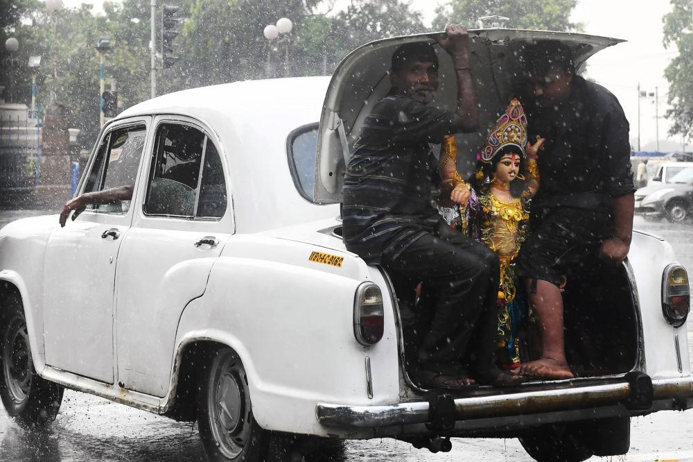 هندوس يجلسون في صندوق سيارة سفير دولة هندوستان ويحملون تمثال الإله الهندوسي فيشواكرما أثناء نقلهم للأغراض لحضور حفل في كلكتا 20 سبتمبر 2019