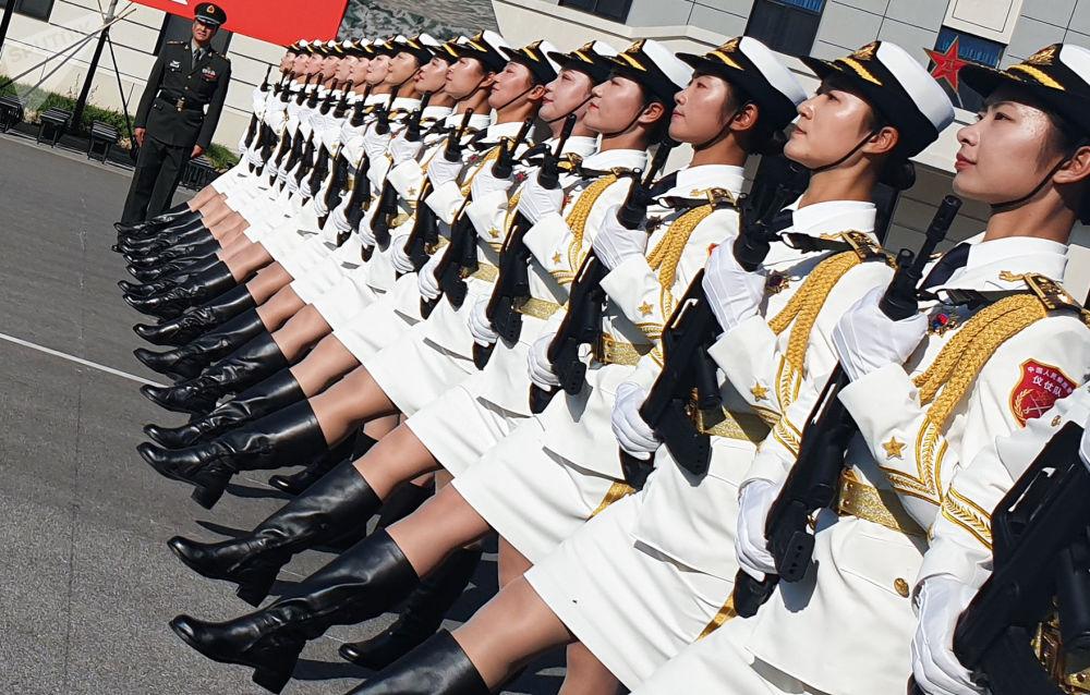 الجنديات الصينيات خلال البروفة قبل بدء العرض العسكري للاحتفال بالذكرى الـ70 لتأسيس جمهورية الصين الشعبية، في ضواحي بكين، الصين