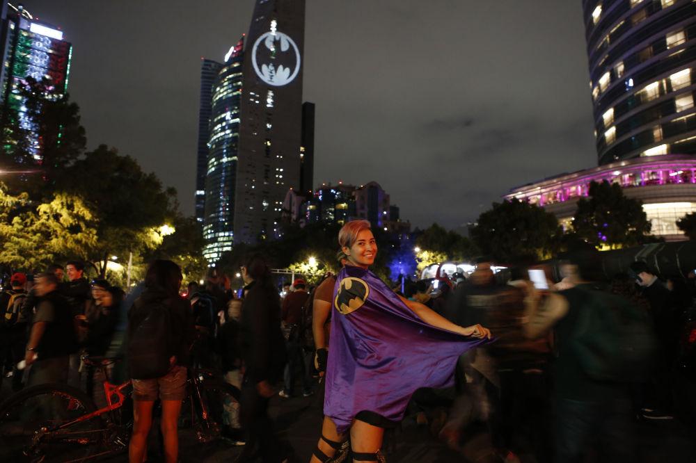 إضاءة إشارة باتمان (الرجل الوطواط) تحتفل بالذكرى الـ80 لتأسيس فيلم باتمان في مكسيكو سيتي، 21 سبتمبر 2019.