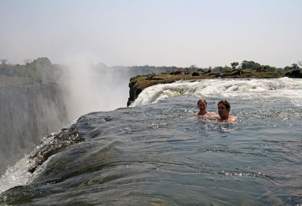 بشكل لا يصدق، ولكنه من الممكن السباحة بأمان في برك طبيعية تسمى ديفيل بوول (بركة الشيطان) في الجزء العلوي من الشلالات، على جانب الأراضي زامبيا