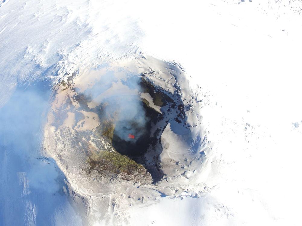منظر يطل على فوهة بركان فيلياريكا في تشيلي