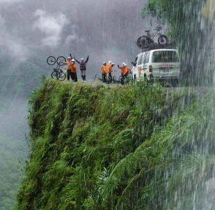 راكبو الدراجات الهوائية على طريق يونغاس (طريق الموت) في بوليفيا