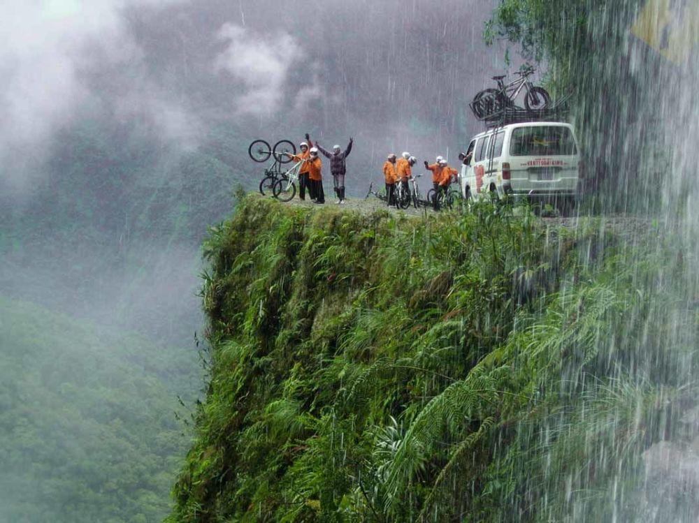 راكبو الدراجات والمركبات على طريق يونغاس (طريق الموت) في بوليفيا