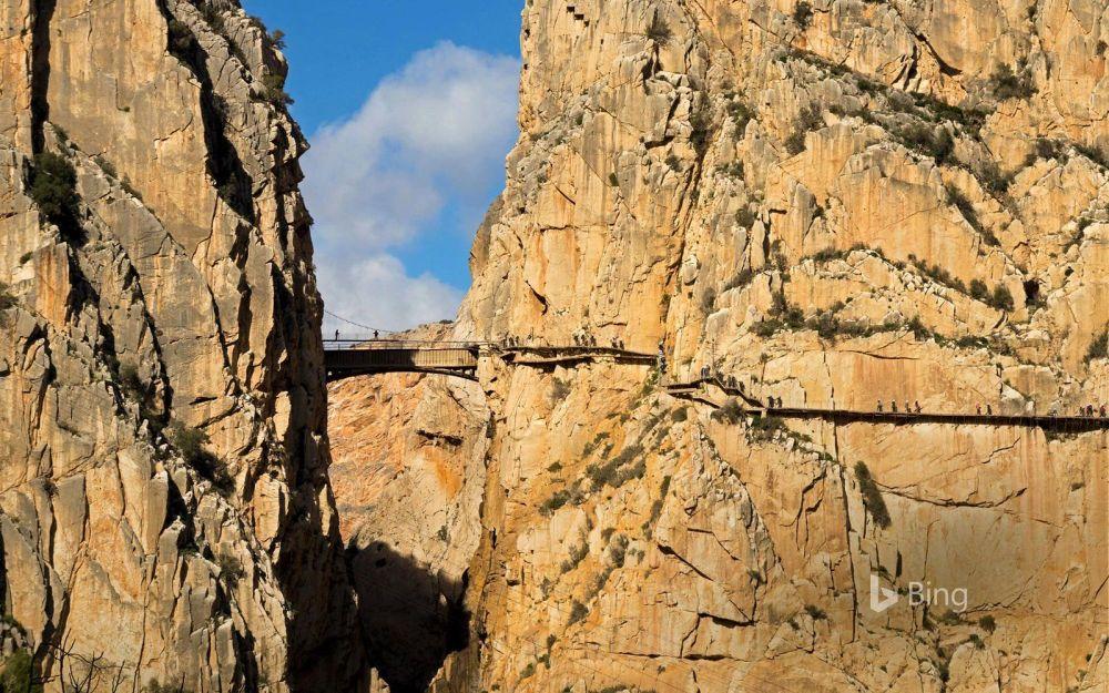 كامينيتو دل ري (الطريق الملكي) في مالقة، إسبانيا - ويمر في واد ضيق للغاقية، ويعتبر من أكثر الأماكن إثارة لدى هواة الرياضات الخطيرة. وبالرغم من أنه تم إنشاء هذا الطريق في عام 1905 كوسيلة للعمال للتنقل بين محطتين لوتيد الطاقة الكهرومائية، إلا أنه تحول إلى منطقة جذب للسياح من مختلف أنحاء العالم