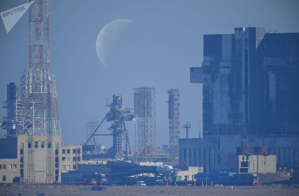 الصاروخ الحامل سويوز-إف غا والمركبة الفضائية الروسية سويوز-إم إس-15 يتوجهان إلى نقطة الانطلاق بمركز الفضاء بايكانور في كزاخستان. من ضمن البعثة الفضاية، الرائد الإماراتي هزاع المنصوري