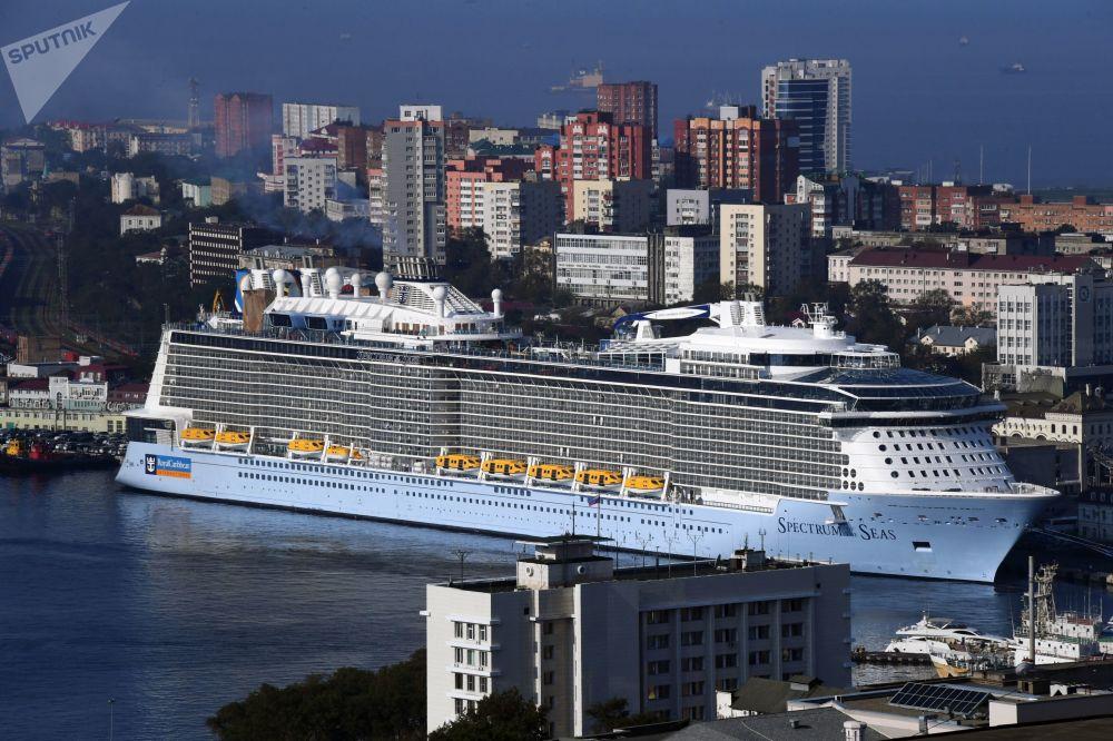وصول أكبر سفينة سياحية سبيكتر أوف ذا سيز إلى ميناء فلاديفوستوك الروسي. ويتواجد مركز السفينة في شنغهاي ومن المخطط القيام بالرحلات السياحية إلى اليابان.