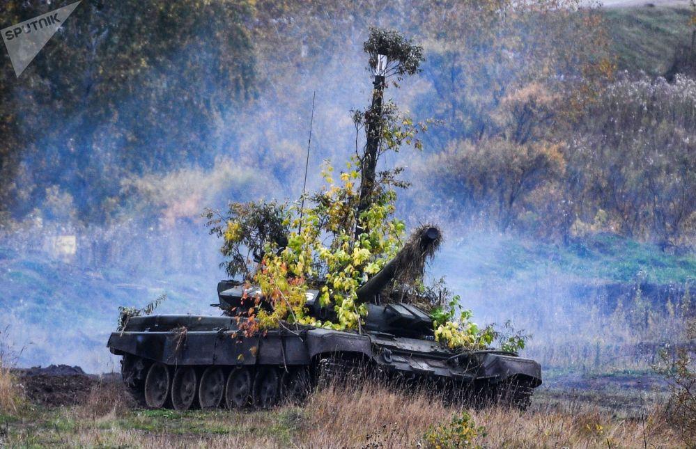 دبابة تي-72بي3 في الميدان العسكري يورغينسكي في منطقة كيميروفو خلال مناورات مركز القيادة الاستراتيجية تسينتر-2019.