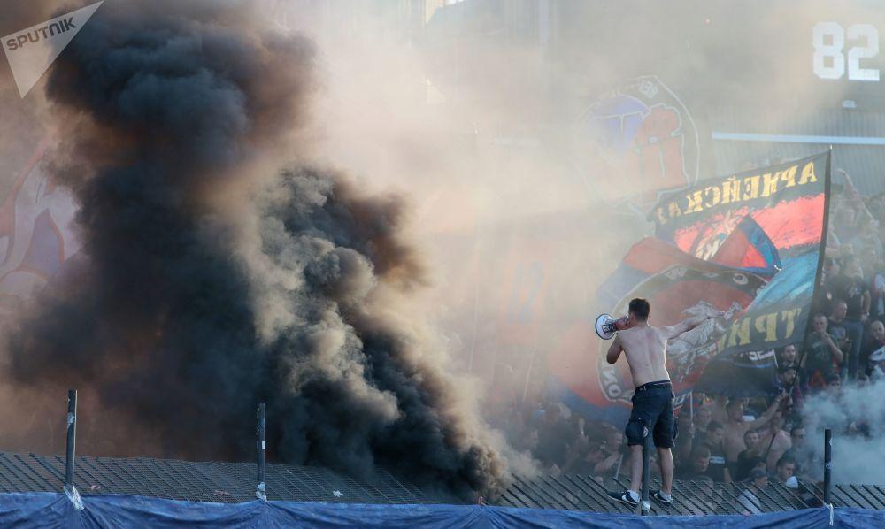 مشجعو تسي إس كا أثناء مباراة المرحلة الثامنة من بطولة روسيا لكرة القدم بين أندية الدوري الروسي الممتاز - فريق نادي أرسنال (تولا) وفريق نادي تس س كا (موسكو)