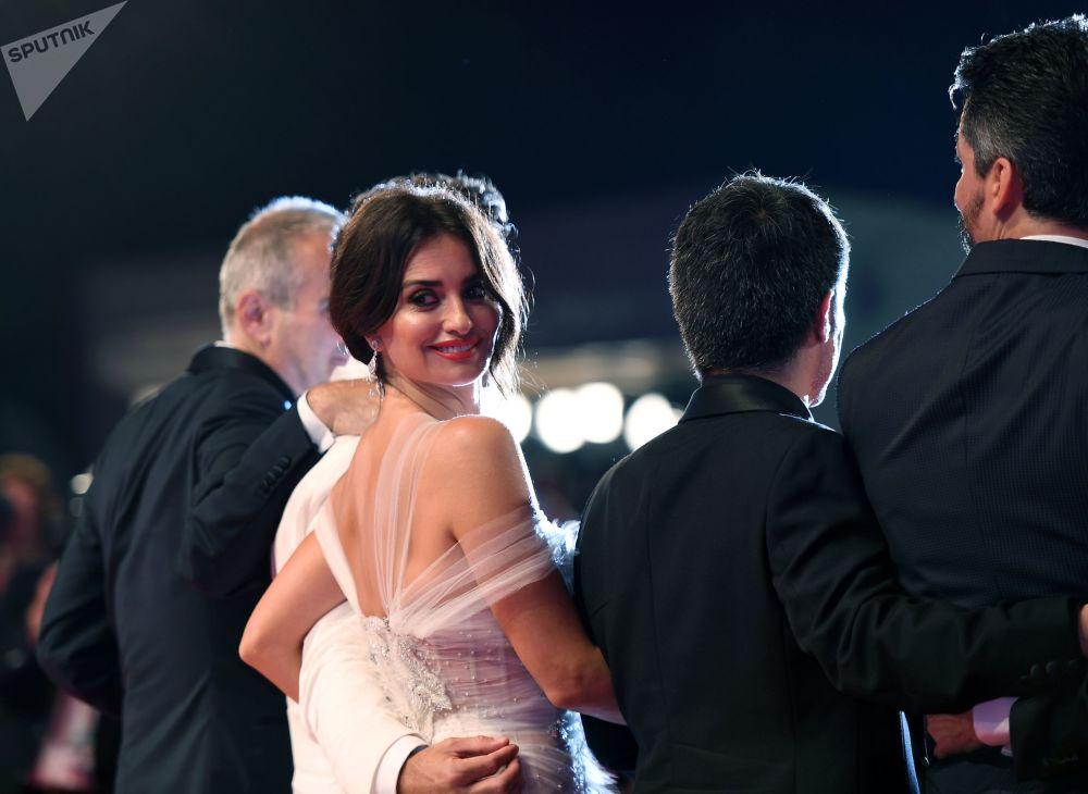 الممثلة بينيلوبا كروز على السجادة الحمراء قبل عرض فيلم واسب نيتورك (Wasp Network) في مهرجان البندقية السينمائي الدولي الـ 76.