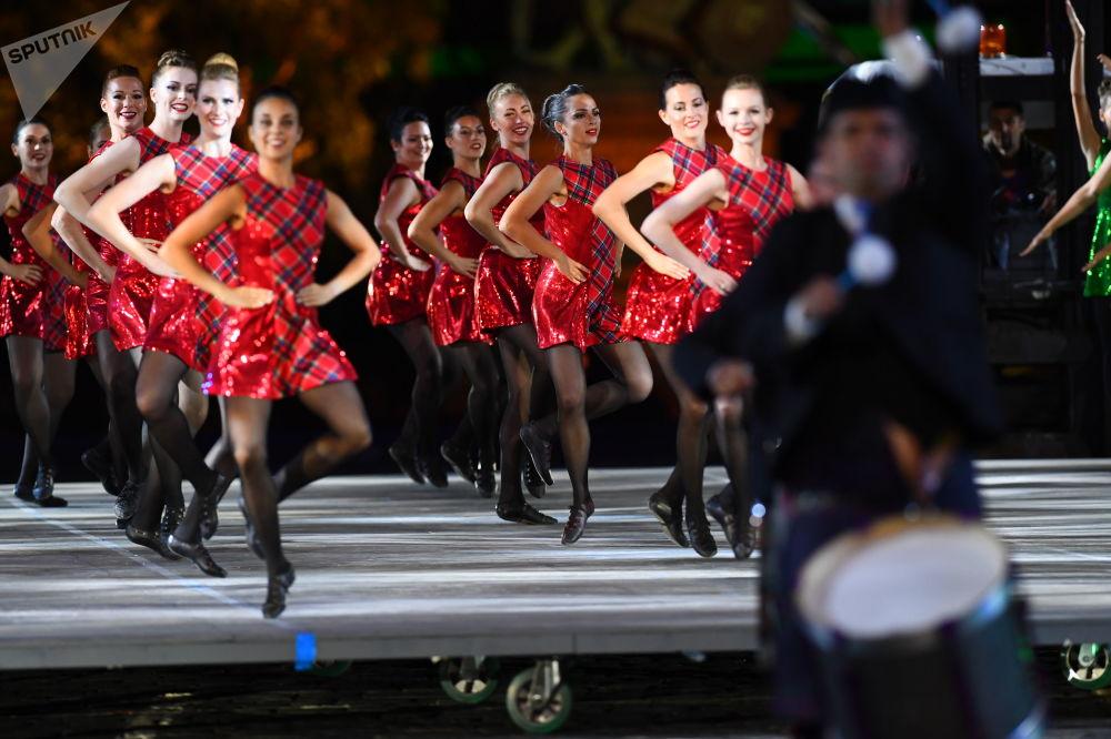 فريقة لرقص السلتيك خلال الحفل الختامي لمهرجان سباسكايا باشنيا في الساحة الحمراء في موسكو.