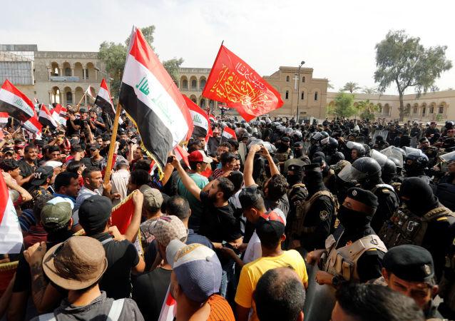 متظاهرون في ساحة التحرير بالعراق، 1 أكتوبر/تشرين الأول 2019