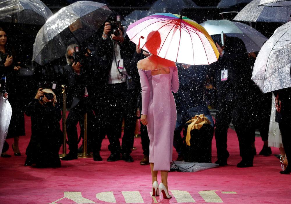 الممثلة رينيه زيلويغر أثناء وصولها إلى العرض الافتتاحي الأول لفيلم جودي (Judy) في كورزون مايفير في لندن، بريطانيا، 30 سبتمبر 2019