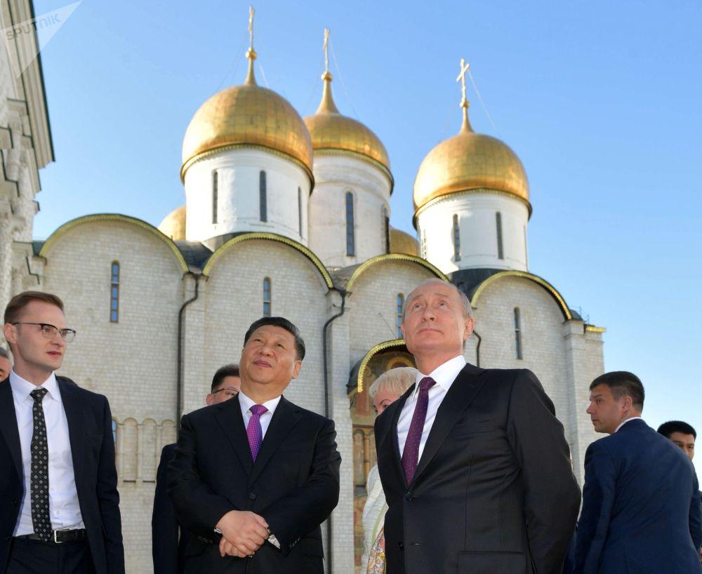 الرئيس فلاديمير بوتين والرئيس الصيني شين جين بينغ خلال زيارة الأخير إلى روسيا، الساحة الحمراء، 5 يونيو 2019