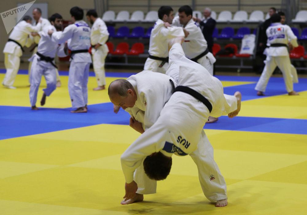 الرئيس الروسي فلاديمير بوتين أثناء تدريبات الجودو مع أحد أعضاء الفريق الوطني الروسيفي المركز الرياضي يوغ-سبورت، 14 فبراير 2019