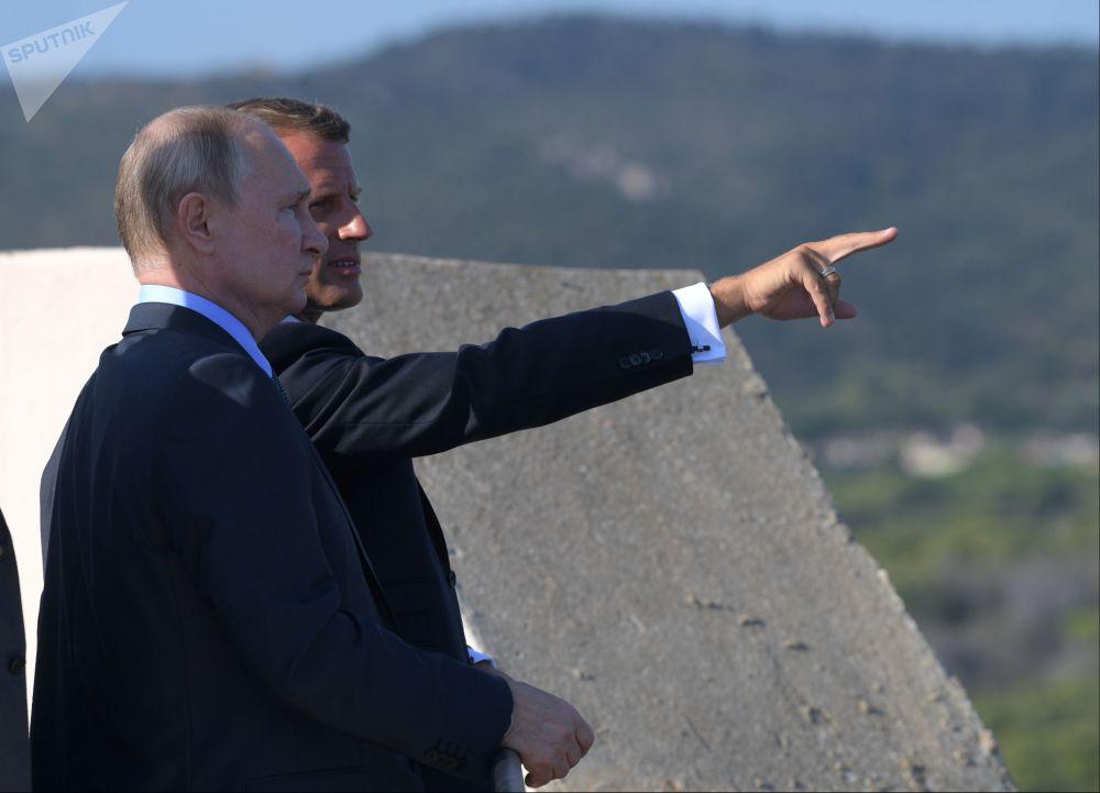 الرئيس الروسي فلاديمير بوتين والرئيس الفرنسي إيمانويل ماكرون خلال اجتماع عقد في مقر الرئيس الفرنسي فورت بريغانسون، 19 أغسطس 2019