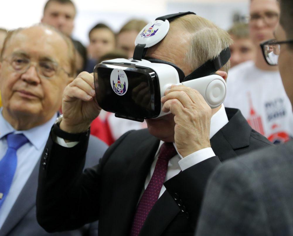 الرئيس فلاديمير بوتين ورئيس الجامعة بجامعة موسكو الحكومية (باسم إم في. لومونوسوف) فيكتور سادوفنيتشي (يسار) أثناء محادثة مع الطلاب قبل اجتماع لمجلس أمناء الجامعة.