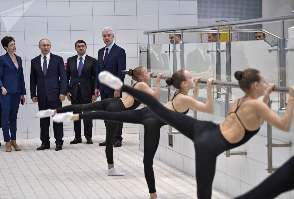 الرئيس فلاديمير بوتين يزور المركز الأوليمبي للسباحة الإيقاعية باسم أ. دافيدوفا، 27 مارس/ آذار 2019