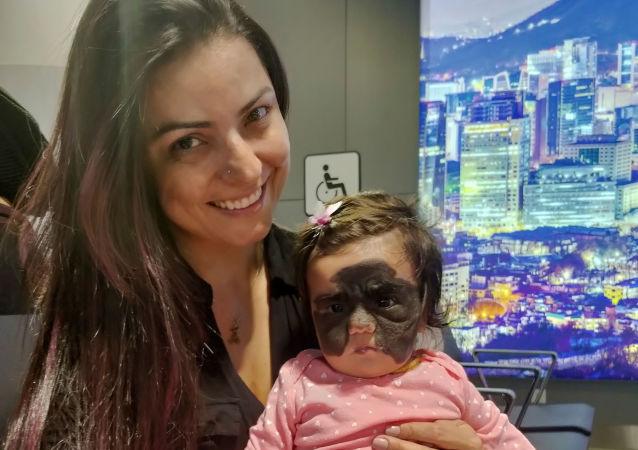 كارول فينر مع ابنتها في مطار شيريميتيفو