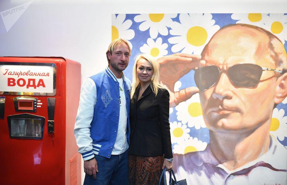 الرياضي الروسي (التزلج الفني على الجليد) يفغيني بليوشينكو وزوجته الملحنة يانا رودكوفسكايا في افتتاح متجر Aizel x Team Putin في موسكو