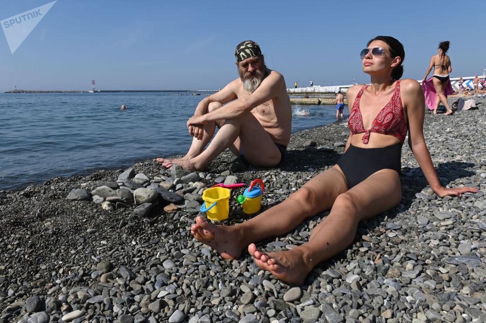 مصطافون على شاطئ بريمورسكي في وسط سوتشي