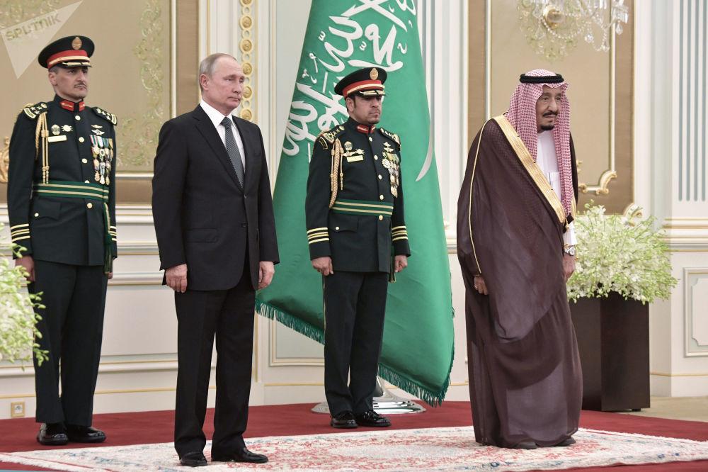 العاهل السعودي الملك سلمان بن عبد العزيز يستقبل الرئيس الروسي فلاديمير بوتين في قصر اليمامة، الرياض، السعودية 14 أكتوبر 2019