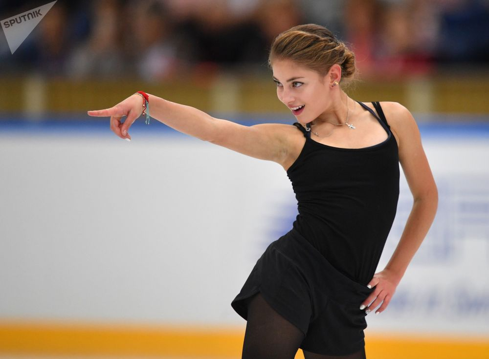الروسية أليونا كوستورنايا خلال أدائها برنامجها الفني للتزلج في اختبارات التزلج على الجليد للسيدات في موسكو
