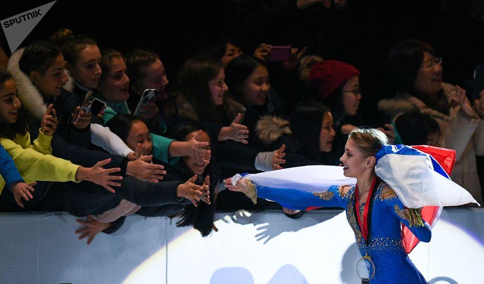 الروسية أليونا كوستورنايا الحائزة على الذهبية في بطولة الجائزة الكبرى بين المتزلجين الشباب في فانكوفر، كندا